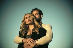 Couples dans l'amour Homme et femme musculaires avec de longs cheveux blonds, amour Images libres de droits