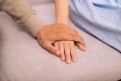 Couples dans l'amour Homme et femme tenant des mains ensemble Image libre de droits