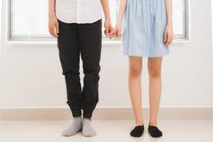 Couples dans l'amour Homme et femme tenant des mains ensemble Photo libre de droits