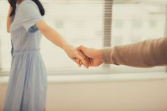 Couples dans l'amour Homme et femme tenant des mains ensemble Photographie stock libre de droits