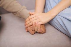 Couples dans l'amour Homme et femme tenant des mains ensemble Images stock