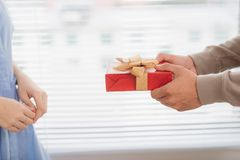 Couples dans l'amour Homme romantique donnant le cadeau à son amie Photographie stock