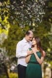 Couples dans l'amour : jeune fille et homme presque chauve dans le jardin Photos stock