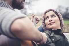 Couples dans l'amour jouant la sérénade avec la guitare Photo stock
