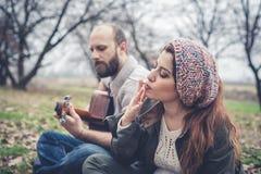 Couples dans l'amour jouant la sérénade avec la guitare Photographie stock