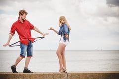 Couples dans l'amour jouant le flirt extérieur Photos stock
