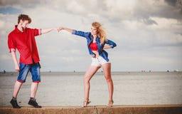Couples dans l'amour jouant le flirt extérieur Photo libre de droits