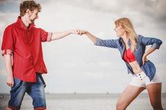 Couples dans l'amour jouant le flirt extérieur Photographie stock