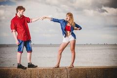 Couples dans l'amour jouant le flirt extérieur Images libres de droits