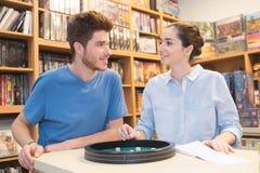 Couples dans l'amour jouant le jeu de société de Ludo au magasin Image libre de droits