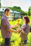 Couples dans l'amour jouant le jeu romantique Photo libre de droits