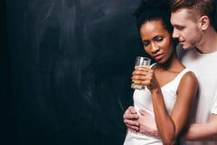 Couples dans l'amour, l'étreinte tendre et le soin de l'associé Image stock