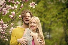 Couples dans l'amour la fille et le type, couple dans la magnolia d'amour au printemps fleurit Image stock