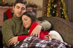 Couples dans l'amour la nuit de Noël Photos libres de droits