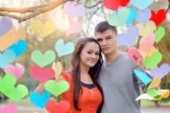 Couples dans l'amour la Saint-Valentin en parc avec des coeurs Photos stock