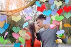 Couples dans l'amour la Saint-Valentin en parc avec des coeurs Images libres de droits