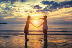 Couples dans l'amour la Saint-Valentin sur la plage Photo libre de droits