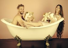Couples dans l'amour dans la salle de bains L'ami et l'amie détendent sur le fond rose Image stock
