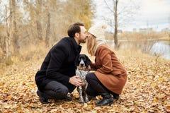 Couples dans l'amour le jour du ` s de Valentine marchant en parc avec le d Image stock