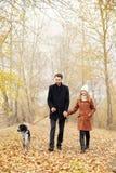Couples dans l'amour le jour du ` s de Valentine marchant en parc avec le d Image libre de droits