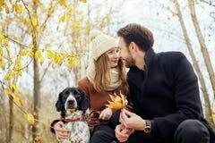 Couples dans l'amour le jour du ` s de Valentine marchant en parc avec le d Photos stock