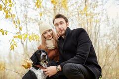 Couples dans l'amour le jour du ` s de Valentine marchant en parc avec le d Photos libres de droits