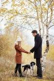 Couples dans l'amour le jour du ` s de Valentine marchant en parc avec le d Photo stock