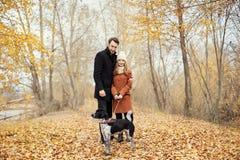 Couples dans l'amour le jour du ` s de Valentine marchant en parc avec le d Photographie stock