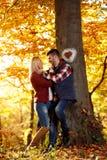 Couples dans l'amour le jour ensoleillé en parc Image libre de droits