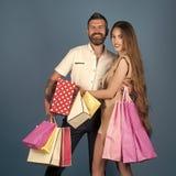Couples dans l'amour les achats et la vente, les couples heureux dans l'amour tiennent le panier Photo libre de droits