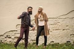 Couples dans l'amour Les couples heureux s'approchent du mur Photo stock