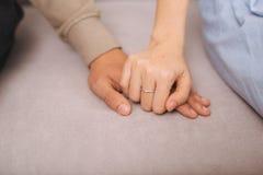 Couples dans l'amour Mains dans des mains Photo libre de droits