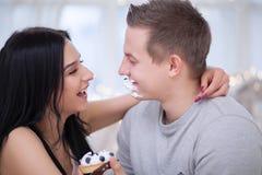 Couples dans l'amour mangeant le gâteau doux Images libres de droits