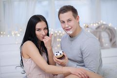 Couples dans l'amour mangeant le gâteau doux Photographie stock