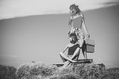 Couples dans l'amour Mannequin avec le paquet actuel sur le foin Images stock