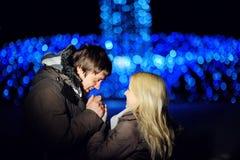 Couples dans l'amour marchant à l'hiver de nuit Image libre de droits