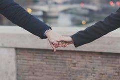 Couples dans l'amour marchant à Rome Image libre de droits
