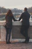 Couples dans l'amour marchant à Rome Image stock