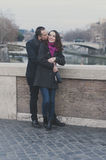Couples dans l'amour marchant à Rome Images stock
