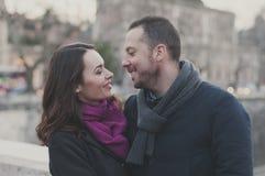 Couples dans l'amour marchant à Rome Photographie stock libre de droits