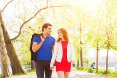 Couples dans l'amour marchant au parc à Paris Photo stock