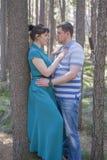 Couples dans l'amour marchant dans les bois Photos stock