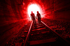 Couples dans l'amour marchant ensemble par un tunnel de chemin de fer Photo libre de droits