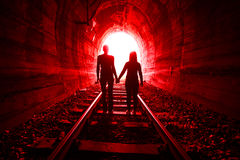 Couples dans l'amour marchant ensemble par un tunnel de chemin de fer Images libres de droits
