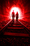 Couples dans l'amour marchant ensemble par un tunnel de chemin de fer Photos stock