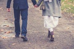 Couples dans l'amour marchant et tenant des mains Photos libres de droits