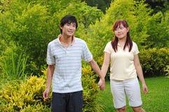 Couples dans l'amour marchant par le stationnement 2 image libre de droits