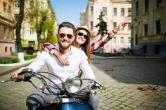 Couples dans l'amour montant une motocyclette Jeunes cavaliers s'amusant en voyage Photographie stock libre de droits