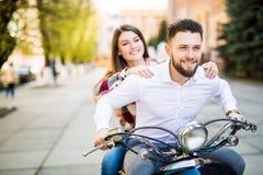Couples dans l'amour montant une motocyclette Jeunes cavaliers s'amusant en voyage Image stock