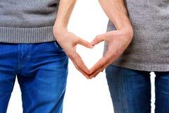 Couples dans l'amour montrant le coeur Photo stock